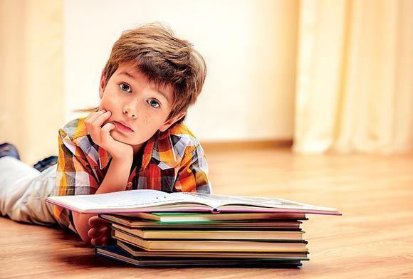 Ребенок учит стих