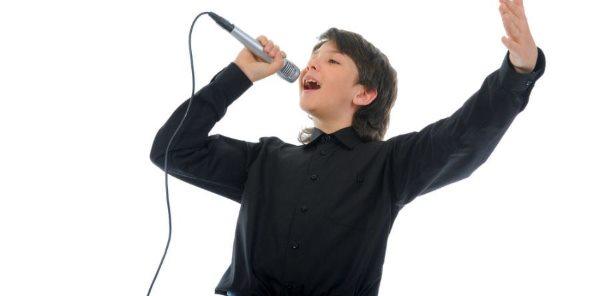 Мальчик поет